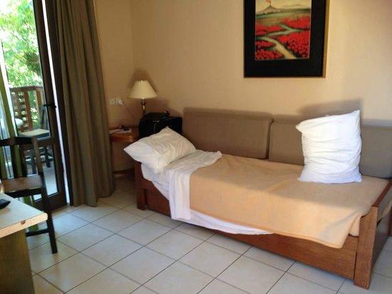 Porto Platanias Beach Resort & Spa: ekstra seng. ikke plass til å sitte å spise...trangt .