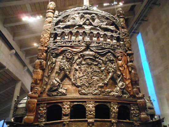 Vasa-Museum: Close-up view showing the detailed wood carvings on the stern of the warship Vasa.