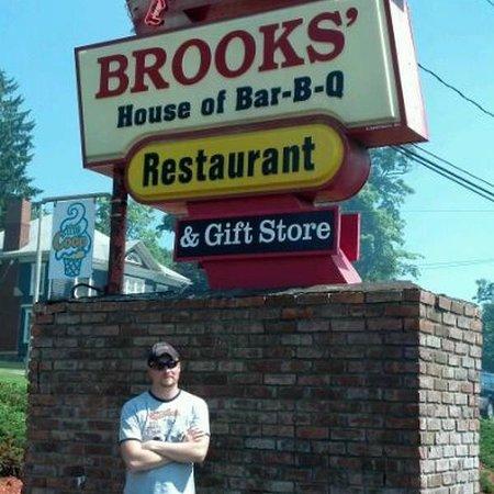 Brooks House of Bar-B-Q's: Brooks'