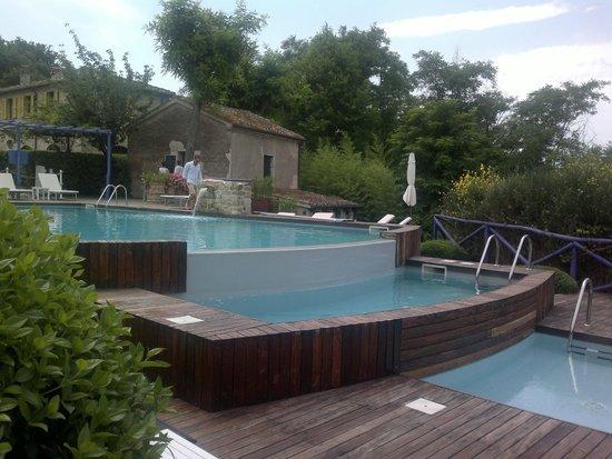 Urbino Resort - Tenuta Santi Giacomo e Filippo : La Piscina con annesso bio-bar