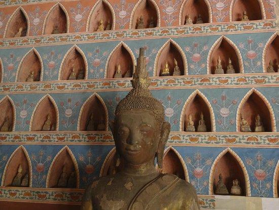 Wat Si Saket: фрагмент грандиозной стены Будд