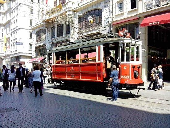 Historic Areas of Istanbul : Старинный трамвайчик на Истикляль джадесси.