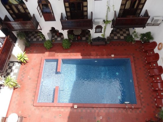 Dhow Palace Hotel: Internal pool
