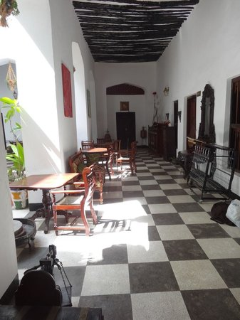 Dhow Palace Hotel: Corridor