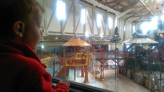 Great Wolf Lodge: Looking through the window down at the water park