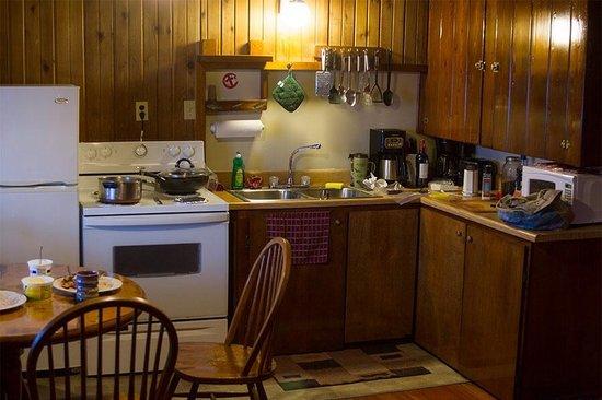 West Beach Resort: Pretty well equipped kitchenette.