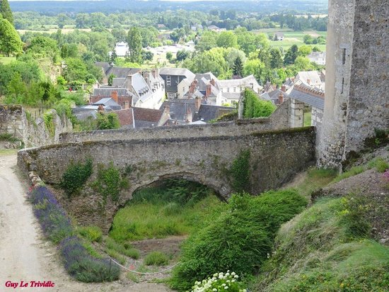 Chateau de Luynes : Petit pont menant aux jardins