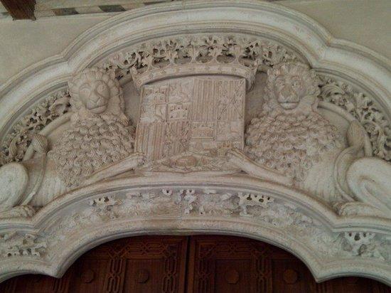 Palacio de la Aljafería: Escudo con una granada  desgranada como símbolo de la conquista de Granada 1492