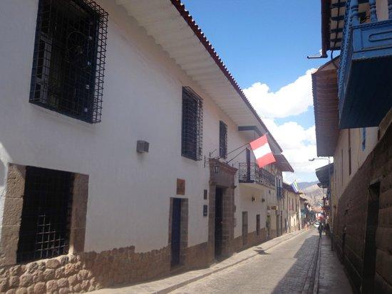 Novotel Cusco: Entrée de l'hôtel - Vue de la rue