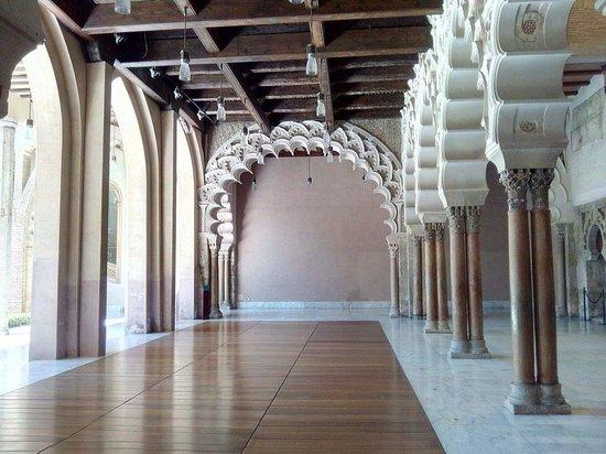 Palacio de la Aljafería: El arco del fondo es el más grande del mundo en este estilo
