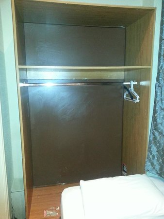 Apollo Hotel - Bayswater: EL armario sin puetas