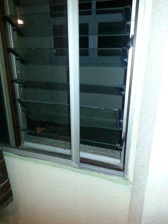 Apollo Hotel - Bayswater: La ventana que da al sotano