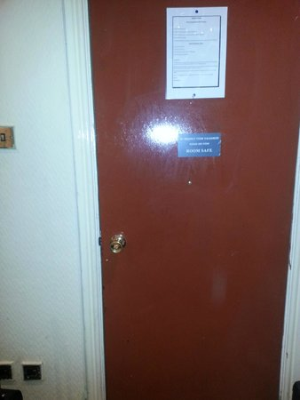 Apollo Hotel - Bayswater: La pueta que no cerraba ay que poner las maletas