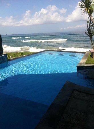 Bayshore Villas Candi Dasa: infinity pool