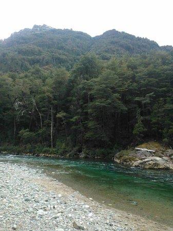 Rio Azul: A un costado del camino, siempre el rio...