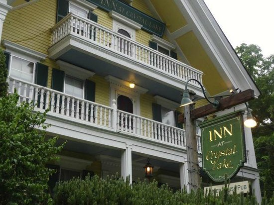 Inn at Crystal Lake & Pub: Charming Entrance to the Inn