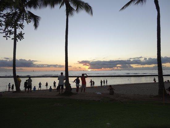 Aston Waikiki Beach Hotel: sunset across from Aston