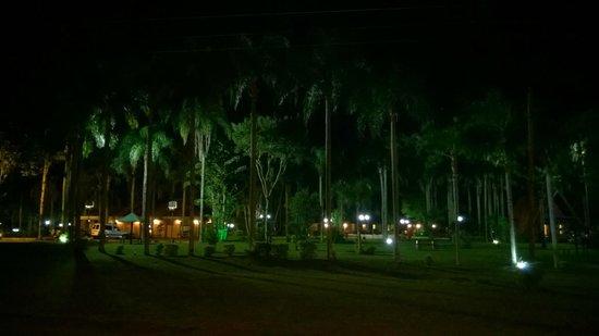 Hostel Inn Iguazu: parque de frente en la noche