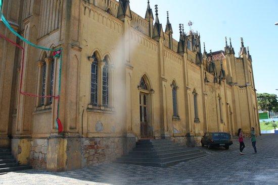 Campos Gerais, MG: lateral da Igreja, mostrando a riqueza de detalhes arquitetonicos.