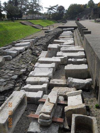 Theatres Romains de Fourviere: Strada e resti