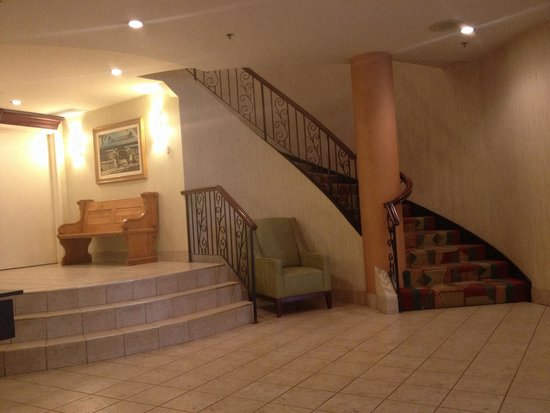SpringHill Suites Old Montreal: Stairway from lobby to breakfast area and washrooms