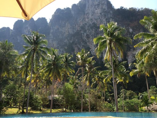 Ban Sainai Resort: Pool area with limestone cliffs in the background
