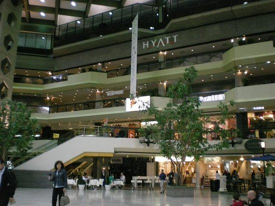 Hyatt Regency Montreal: Shopping center connected to the hotel.
