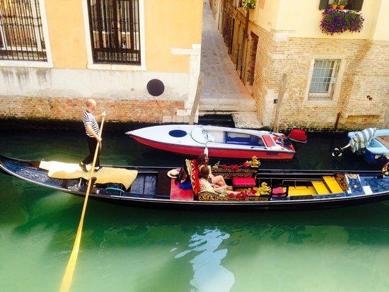 UNA Hotel Venezia: Gondola passing by our window