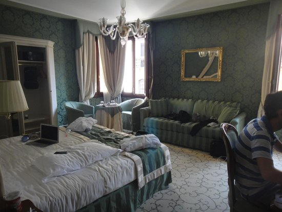 UNA Hotel Venezia: The room.