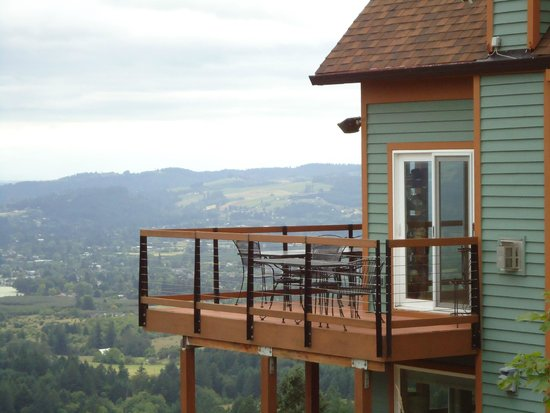Chehalem Ridge Bed and Breakfast: Breakfast is served on the balcony in nice weather