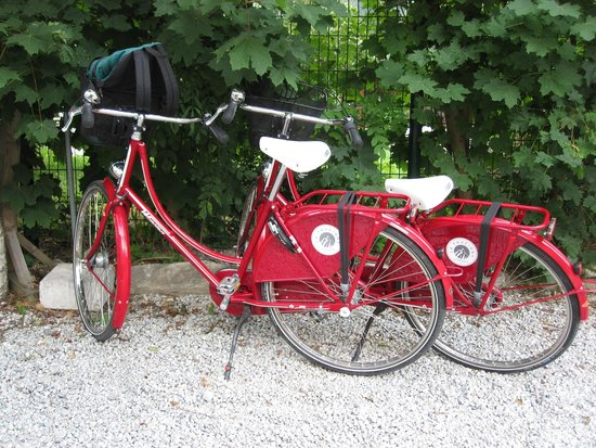 Hotel Le Faucigny: Cute bikes avalible for your use