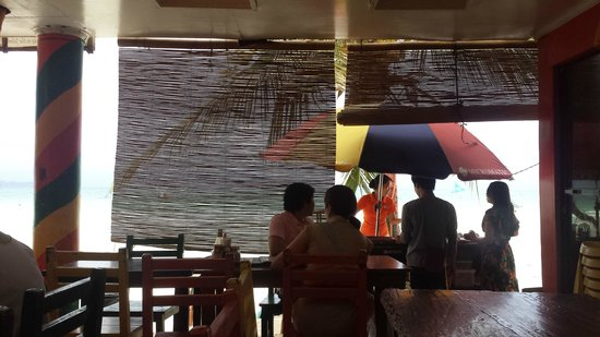 Jonah's Fruit Shake & Snack Bar: Facing White Beach and sea