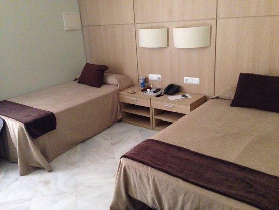Hotel Convento Cadiz: Small basic room. Both reading lights were broken.