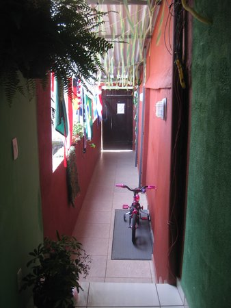 Vidigalhouse Hostel: The entryway into Vidigalhouse
