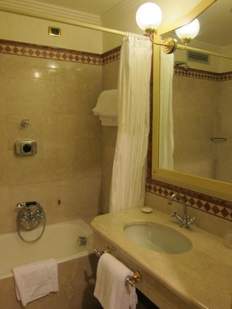 Hotel Auriga: bathroom