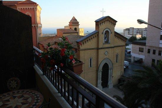 La Dolce Vita - Luxury House: La chiesa di San Calogero nell'omonima piazzetta visibile dal nostro balcone