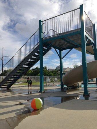 Hamilton Cay at Bermuda Bay: slide at the pool