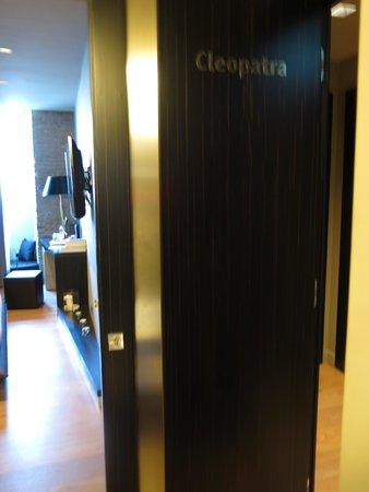 Campo Marzio Luxury Suites: Door looking into room