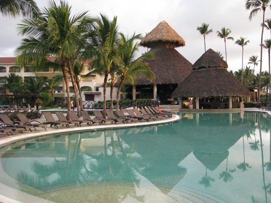 Now Larimar Punta Cana : main pool bar