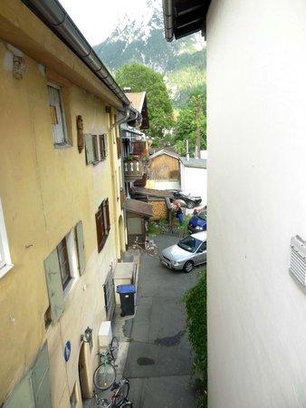 Alpenrose Traditionsgasthof: Uitzicht naar rechts vanuit Kamer 19