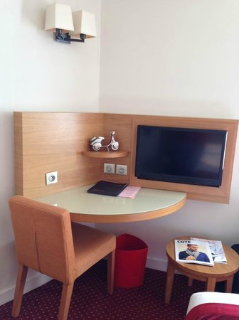 Hotel Westside Arc de Triomphe: Room Desk