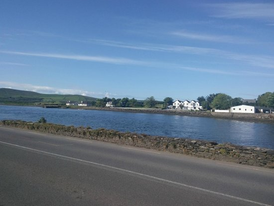 Milltown House: Hotel viewed from road to Dingle