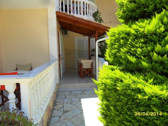 Roula Apartments: terace to room 5