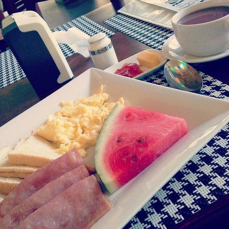 Blue Lagoon Inn & Suites : breakfast