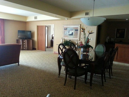 Embassy Suites by Hilton Hot Springs: Walking in door... view to the bedroom door.