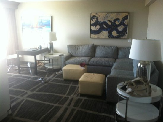 Hilton St Petersburg Bayfront: Living area with another flat screen TV and plenty of sitting area