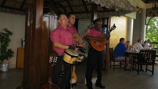 Paradisus Rio de Oro Resort & Spa: Les musiciens du restaurant de la plage!