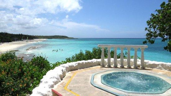 Paradisus Rio de Oro Resort & Spa: Vue de la mer près de la piscine.