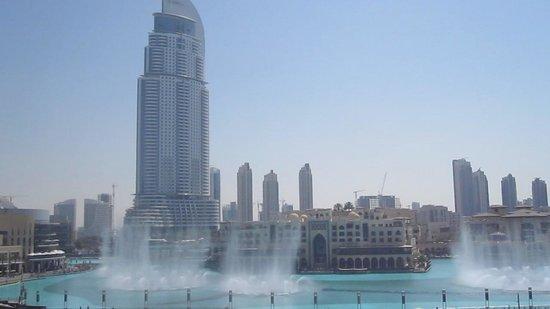 Dubai Fountains: Les fontaines vues de la terrasse de l'Aramis (4e étage de la Burj Khalifa)