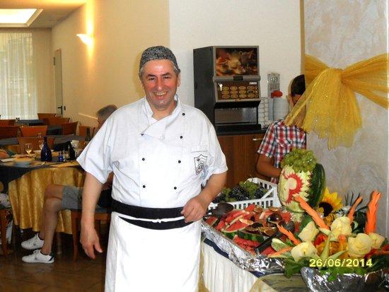 DaSamo Hotel : Der Koch Antonio